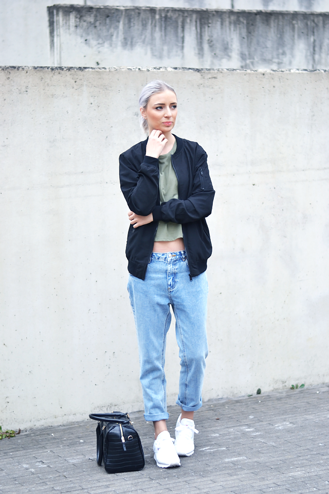 Mix áo croptop tay dài cùng quần jeans