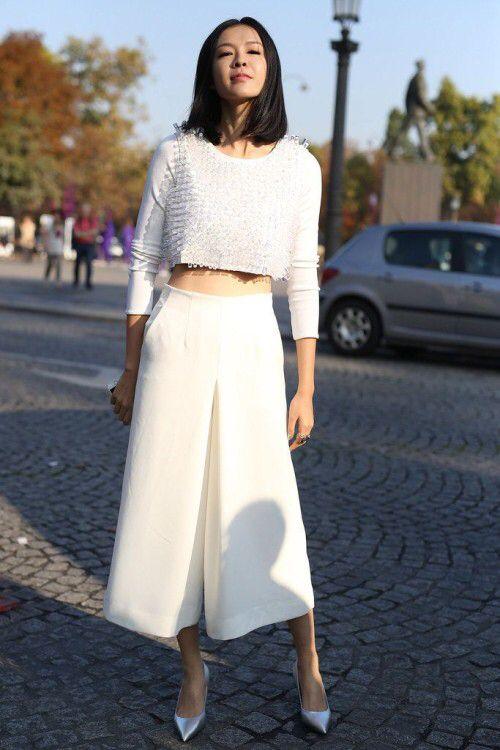 Kết hợp áo croptop tay dài cùng quần ống rộng