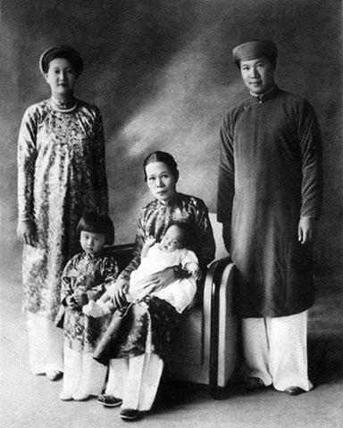 Vua Bảo Đại trong trang phục áo dài nam truyền thống bên gia đình