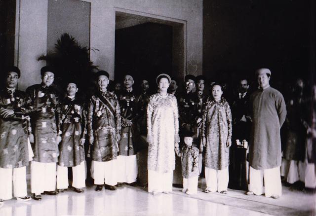 Các quan lại triều Nguyễn trong trang phục áo dài