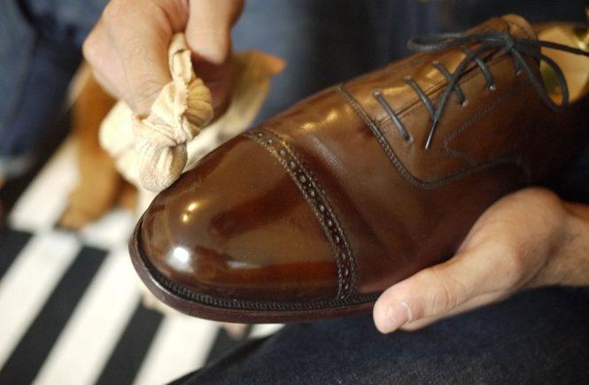 Cách đánh giày sạch bóng mà không cần xi