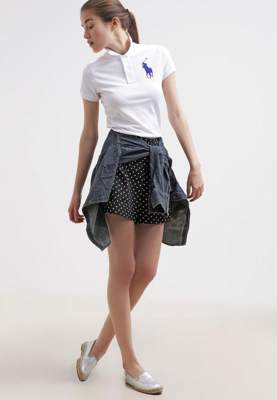 phối áo thun polo nữ với chân váy chấm bi