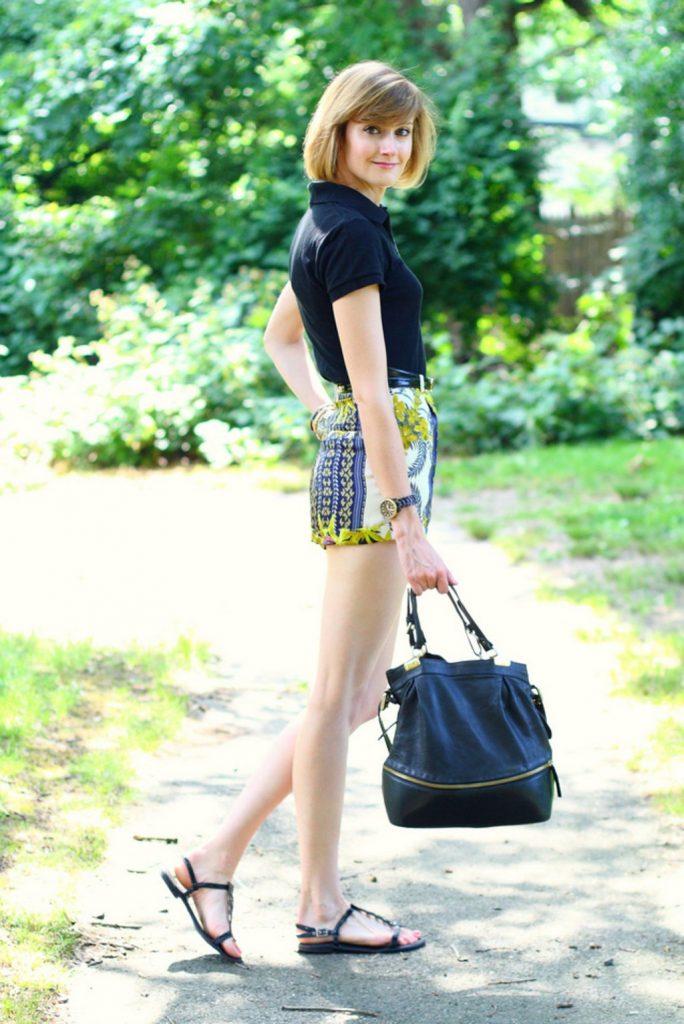 kết hợp quần short với áo thun polo nữ